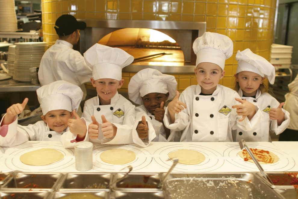cpkids_preparacion_pizza_california_pizza_kitchen